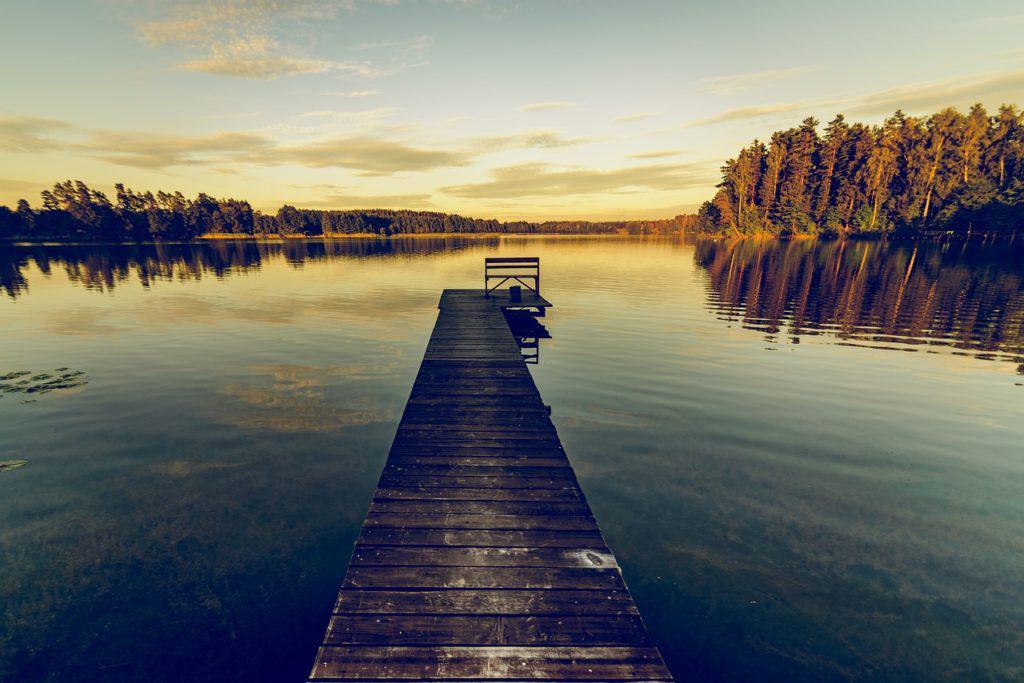 jezioro na mazurach z pomostem
